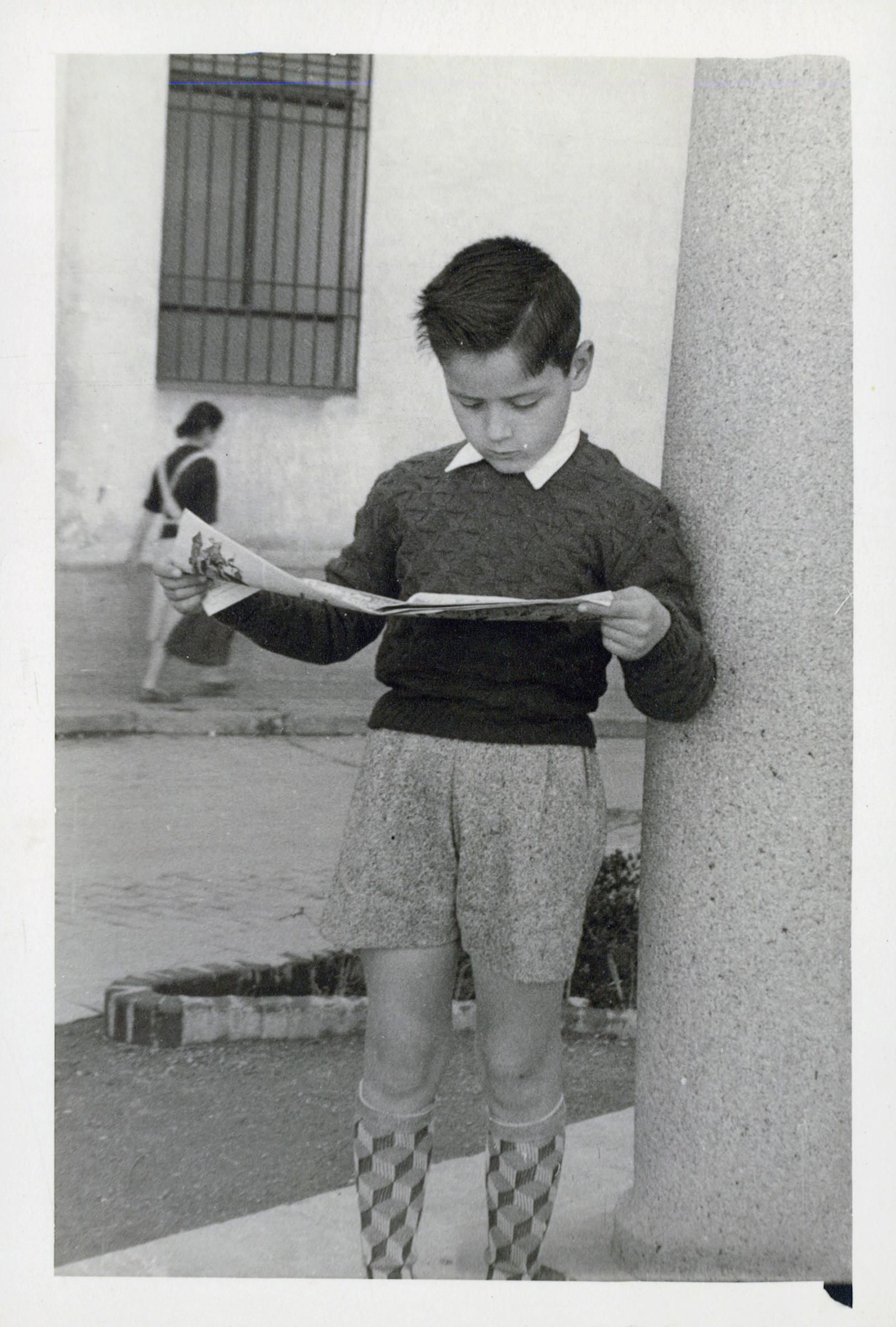 1957 03 03 Córdoba, Rafael leyendo un TBO